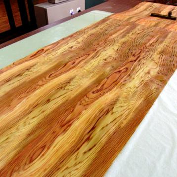 木材を0.1mm以下に薄くスライスし、特殊な裏加工を施して、丁寧につなぎ合わせてシート状にします。