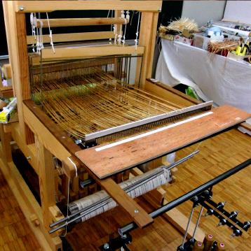 シートを裁断して織り機に縦糸をセットします。
